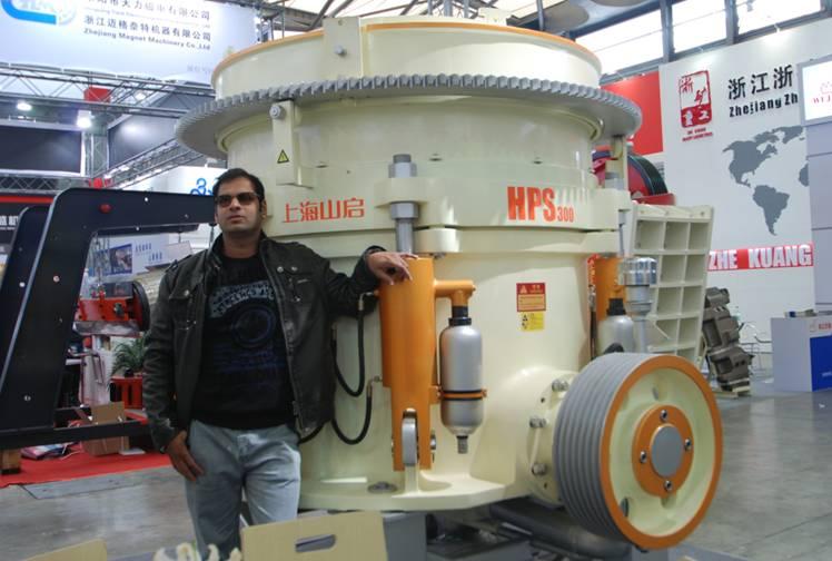 国外帅哥和HPS多缸液压圆锥破碎机